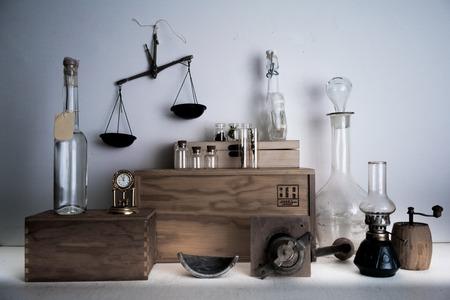 antica farmacia. bottiglie, barattoli, bilance, una lampada a cherosene su ripiani di legno