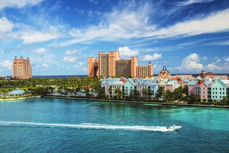 Bella scena di motoscafo, oceano, case colorate e un hotel a Nassau, Bahamas in una giornata di sole estivo Archivio Fotografico - 96931184