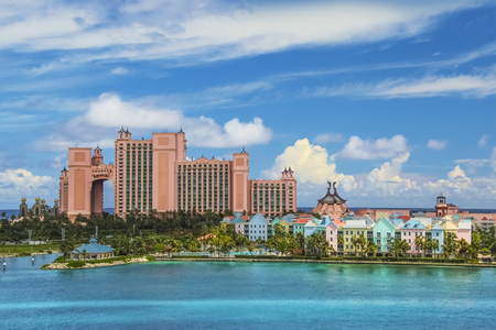 Beautiful scene of ocean, colorful houses and a hotel in Nassau, Bahamas on a summer sunny day Banque d'images