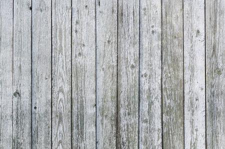 ノットを持つ垂直粗いボードの灰色の背景。 写真素材