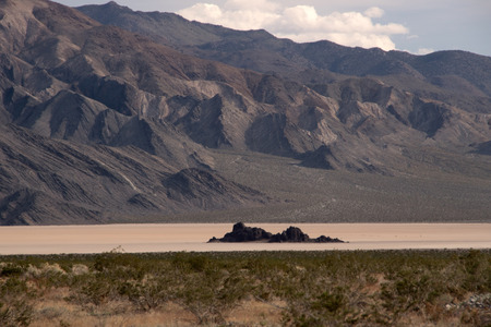 vogelspuren: Racetrack Playa is a seasonally dry lake playa located in the northern part of the Panamint Mountains That is famous for Rocks That mystery move across its surface. Lizenzfreie Bilder