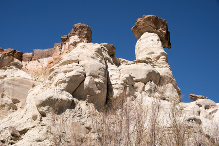 balanced rocks: Wahweap Hoodoos (White Ghosts) in Utah, USA, a group of pinnacles and balanced rocks surrounded by undulating mounds and cliffs of white entrada sandstone. Stock Photo