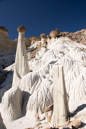 hoodoos: Wahweap Hoodoos (White Ghosts) in Utah, USA, a group of pinnacles and balanced rocks surrounded by undulating mounds and cliffs of white entrada sandstone. Stock Photo