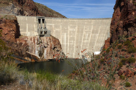 The Theodore Roosevelt Dam is a dam on the Salt River and Tonto Creek located north east of Phoenix Arizona USA. Banco de Imagens - 41135838