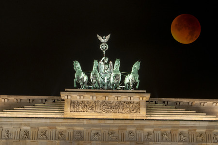 moon gate: Bloody moon at the 28th September 2015 at the Brandenburg Gate, Berlin.
