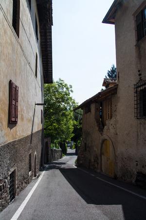 Kaltern an der Weinstrasse, italiano Caldaro sulla Strada del Vino, es un municipio del sur del Tirol en el norte de Italia. Foto de archivo