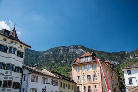Kaltern an der Weinstrasse, italiano Caldaro sulla Strada del Vino, es un municipio del Tirol del Sur en el norte de Italia.