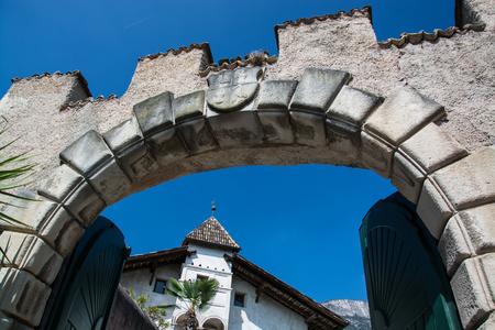 Kaltern an der Weinstrasse, italiano Caldaro sulla Strada del Vino, es un municipio del sur del Tirol en el norte de Italia.