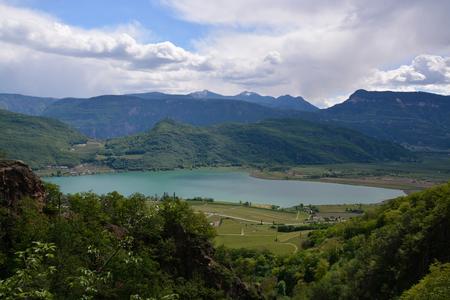 El lago Kaltern, italiano Lago di Caldaro, es un lago en el municipio de Kaltern, en el Tirol del Sur, Italia.