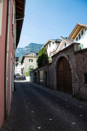 Kaltern an der Weinstrasse, italiano Caldaro sulla Strada del Vino, es un municipio del sur del Tirol en el norte de Italia. Editorial