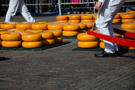 The main attraction of Alkmaar is the cheese market at the Waagplein. Фото со стока - 112812258