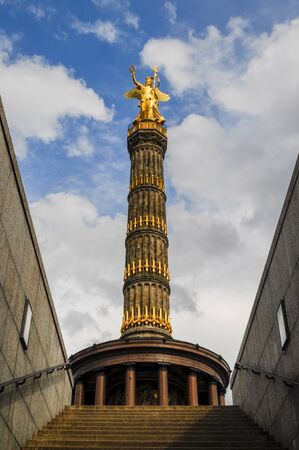 Die Siegessäule auf dem Großen Stern inmitten des Großen Tiergartens in Berlin wurde von 1864 bis 1873 als Nationaldenkmal der Einigungskriege erbaut. Sie steht unter Denkmalschutz und gilt als ein Wahrzeichen Berlins. Stock fotó