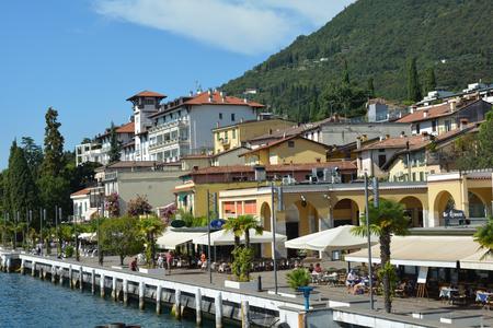Promenade on the shores of Lake Garda in Gardone Riviera - Italy. Imagens