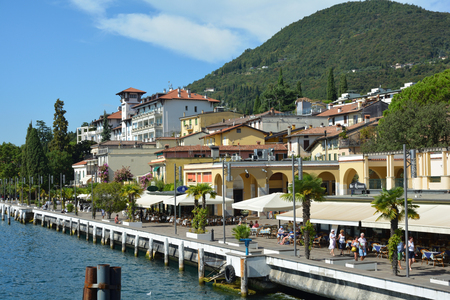 Promenade on the shores of Lake Garda in Gardone Riviera - Italy. 免版税图像