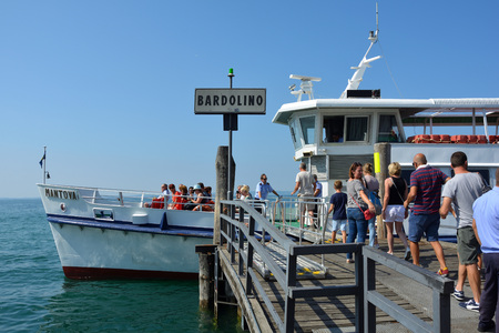 Barco de pasajeros en Bardolino en el lago de Garda - Italia.