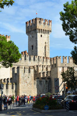 People in front of the Scaligero castle in the historic center of Sirmione on Lake Garda - Italy. Éditoriale