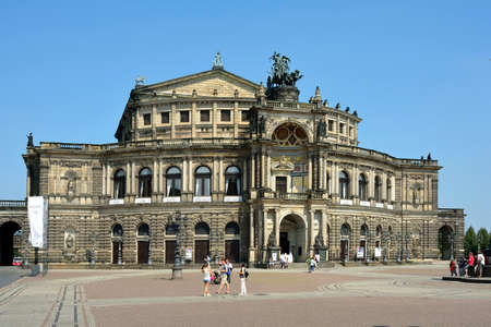 Tourists in front of the Opera House Semperoper on the Theater Square in Dresden - Germany. Éditoriale