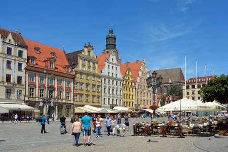 Peoplewalking in the Market Square in the historical Old Town of Wroclaw in Poland. Standard-Bild - 166894965