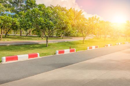 no correr: Pista de jogging y la señal de tráfico de la línea que saben no la entrada del jardín en parque público con la luz del sol