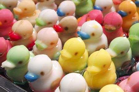 Le canard à la gelée multicolore dans des gobelets en plastique vendus.