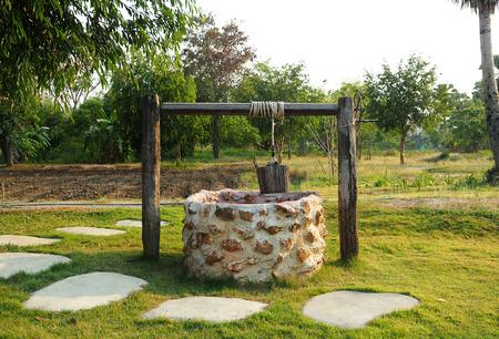 polea: Antiguo pozo de agua del campo con la polea y el cubo. Foto de archivo