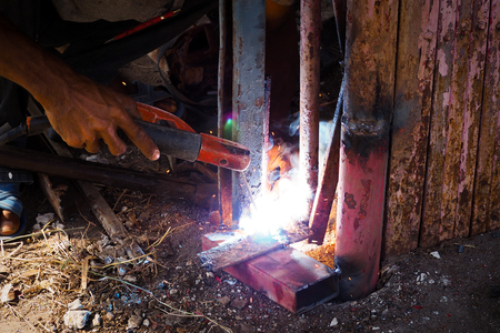 Arc welding and welding fumes, Worker welding on steel in the job site. Banque d'images