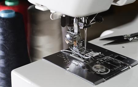 bordados: mecanismo de la m�quina de coser con aguja e hilo carretes en el subproceso de fondo