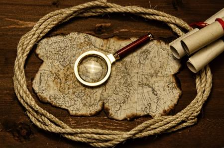vecchia mappa con la deificazione dei bordi si trovano su un tavolo in legno
