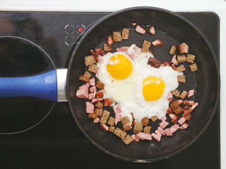 huevos estrellados: huevos fritos en una sartén en la estufa