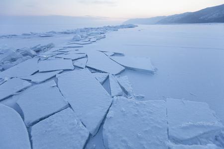 Turquoise ice floe. Winter sunset landscape. Ice-drift of Baikal lake Stockfoto
