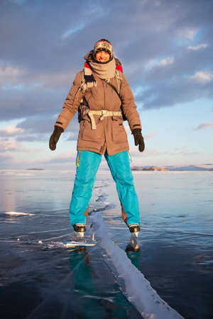 Tourist on ice skates. Lake Baikal in Russia 版權商用圖片