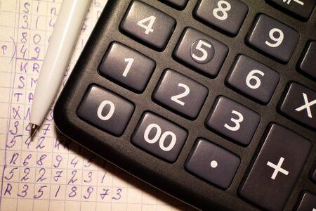 calculadora y costeo, pago de impuestos, trabajo contable Foto de archivo