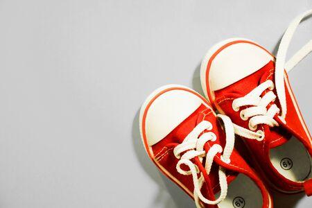 zapatos para niños rojos sobre un fondo hermoso