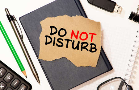 text do not disturb on short note paper on the packing paper box texture background. Imagens