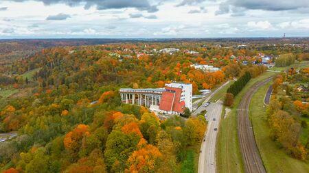 Herbstlandschaft Luftaufnahme der Bob- und Skeletonbahn Rodelbahn Sigulda, umgeben von bunten Wäldern während der goldenen Herbstsaison in Lettland. Standard-Bild