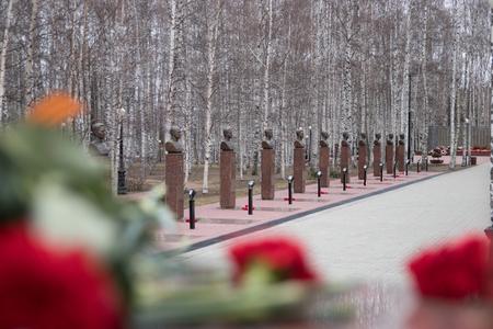 ハンティ ・ マンシースク 2017 年 5 月 9 日、大祖国戦争の英雄の胸像の路地