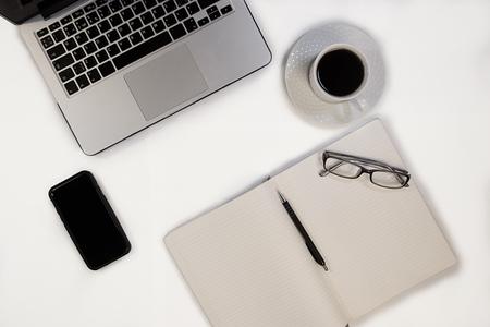 仕事やビジネスのためのノート、メモ帳、ペン、眼鏡やその他のガジェットのセット 写真素材