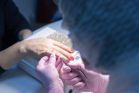 マニキュアクライアントを取得美容院のマスター