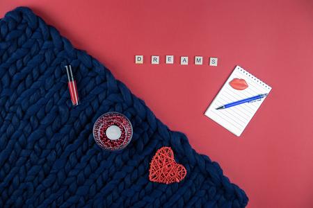 赤と青の背景の女性のアクセサリー、化粧品や装飾品、メモ帳やペンに