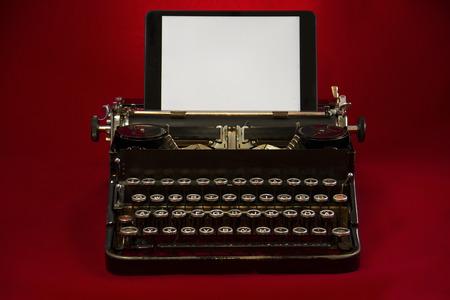 Alte Schreibmaschine mit Tablet