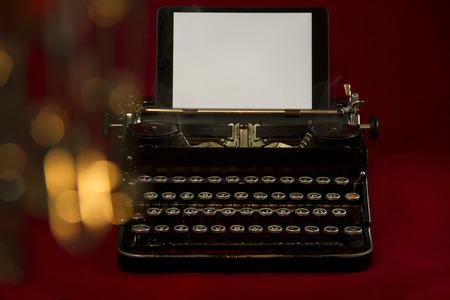 Alte Schreibmaschine mit Tablet Stock Photo