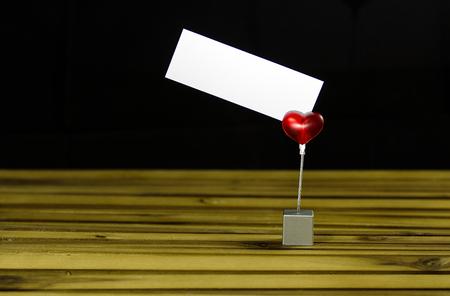 Rotes Herz mit Nachrichtenzettel