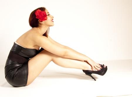 falda corta: Hermosa chica Pinup sentada en el suelo Foto de archivo