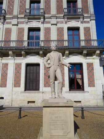 robert: a view of Robert Houdin statue