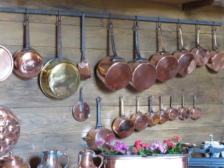 utensilios de cocina: una vista de utensilios de cobre