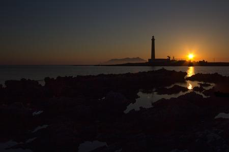 silhouette maison: une vue sur le phare Favignana Sicile, Italie Banque d'images