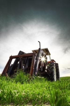 arando: Un tractor arando
