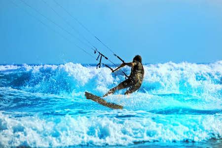 Un Kiteboarder rend free style sur les vagues à Capo Miseno, en Italie.