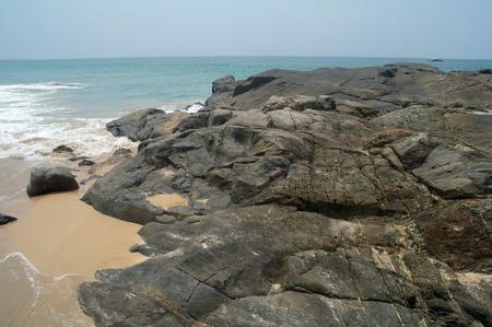 pristine coral reef: Onde e rocce.