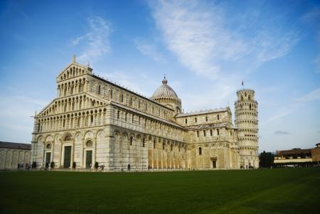 pisa: De kathedraal en de scheve toren van Pisa op het Miracle plein Italië